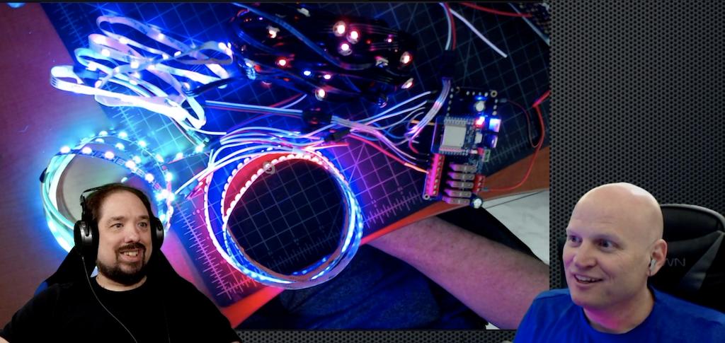 Quindor y DrZzs jugando con un QuinLED basado en ESP32 que ejecuta WLED